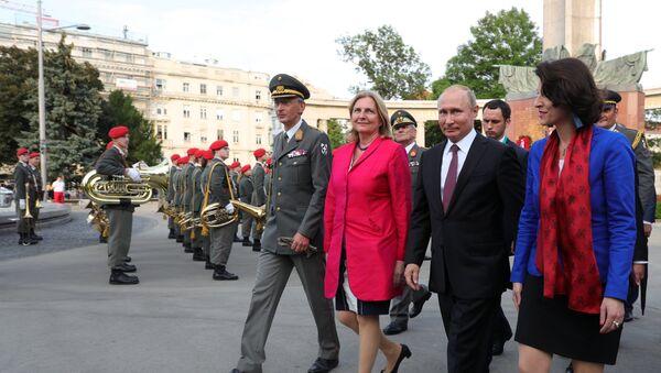 Predsednik Rusije Vladimir Putin i ministar evropskih, integracionih i spoljnih poslova Austrije Karin Knajsl - Sputnik Srbija
