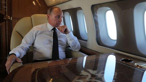 Владимир Путин у авиону - Sputnik Србија