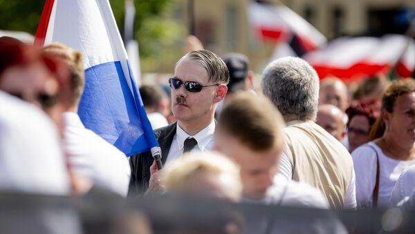 Учесник марша 600 неонациста на улицама Берлина на годишњицу смрти ратног злочинца и Хитлеровог заменика Рудолфа Хеса - Sputnik Србија