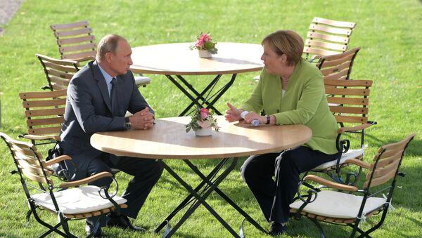 Председник Русије Владимир Путин и немачка канцеларка Ангела Меркел за време састанка у дворцу Мезеберг - Sputnik Србија