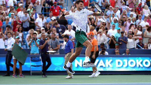 Novak Đoković proslavlja pobedu protiv Rodžera Federera u finalu mastersa u Sinsinatiju. - Sputnik Srbija