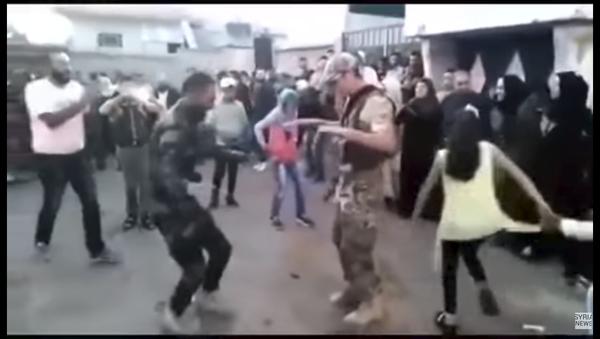 Ruski vojnik slavi oslobođenje sirijskog grada (video) - Sputnik Srbija