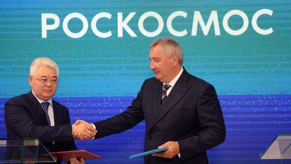 Министар одбране Казахстана Бејбут Атамкулов и генерални директор Роскосмоса Дмитриј Рогозин на церемонији потписивања споразума о стварању ракетног система Бајтерек на космодрому Бајконур - Sputnik Србија
