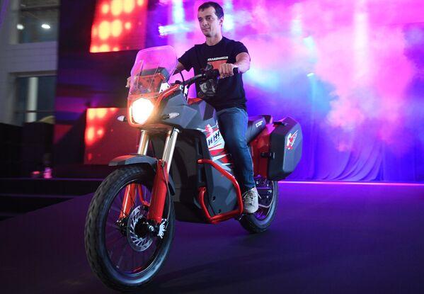 """Електрични мотоцикл Иж на презентацији нових машина концерна """"Калашњиков"""" у оквиру IV Међународног војно-техничког форума """"Армија 2018"""" - Sputnik Србија"""