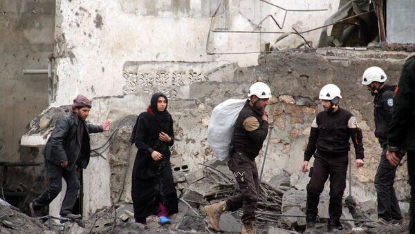 Aktivisti Belih šlemova pomažu evakuaciju stanovnika nakon vazdušnog napada u Idlibu - Sputnik Srbija