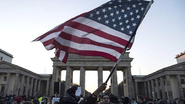 Америчка застава испред Бранденбуршке капије - Sputnik Србија