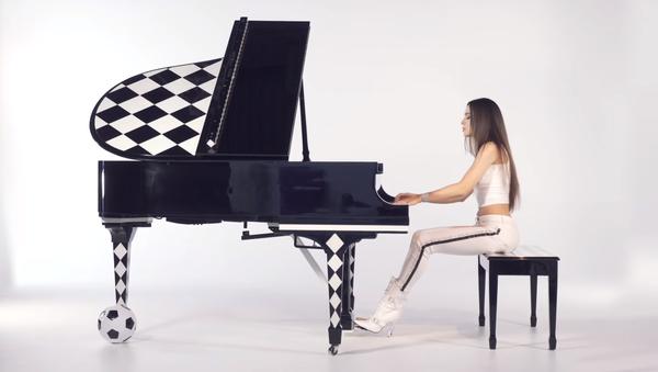 Dugonoga pijanistkinja iz Uzbekistana šokirala internet (video) - Sputnik Srbija
