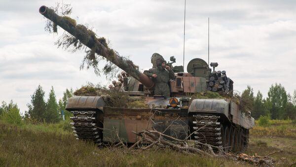 Пољски војници у тенку ПТ-91 Тварди на војним вежбама у Литванији - Sputnik Србија