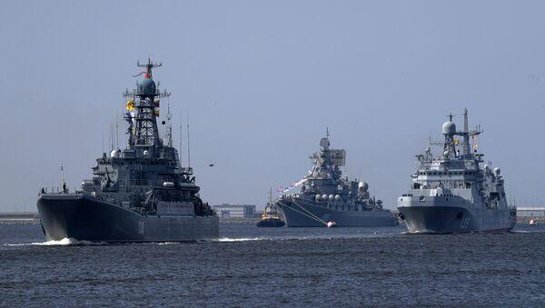 Veliki ruski desantni brod Koroljov, raketna krstarica Maršal Ustinov i veliki desantni brod Ivan Gren na probi parade u Kronštatu - Sputnik Srbija