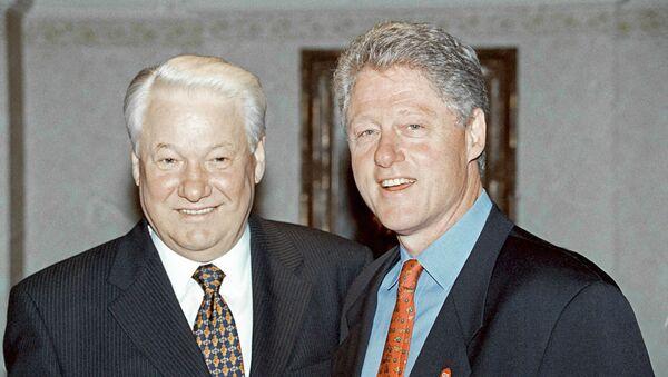 Председник Русије Борис Јељцин и председник САД Бил Клинтон током састанка у Великој Британији 1989. - Sputnik Србија