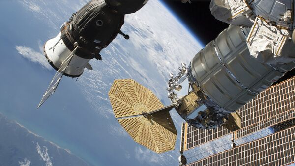 Ruski svemirski brod Sojuz MS-09 i teretni brod Nortrop Gruman spojeni sa Međunarodnom svemirskom stanicom - Sputnik Srbija