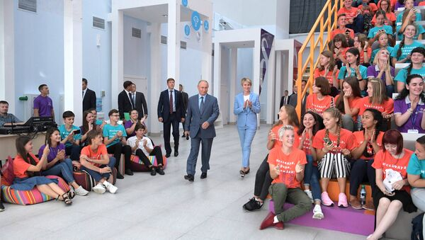 Predsednik Rusije Vladimir Putin u poseti obrazovnom centru Sirijus - Sputnik Srbija