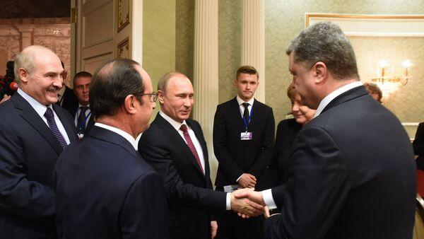 Predsednik Rusije Vladimir Putin rukuje se sa predsednikom Ukrajine Petrom Porošenkom na sastanku u Minsku - Sputnik Srbija