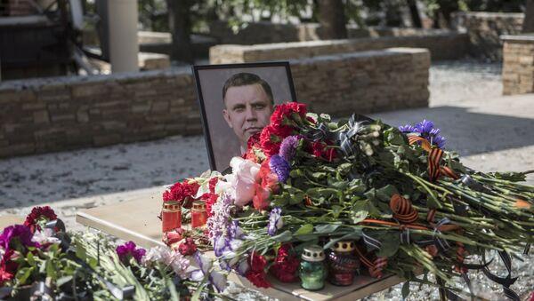 Portret sa likom bivšeg lidera DNR Aleksandra Zaharčenka i cveće ispred kafića Separ u Donjecku u kome je u eksploziji poginuo Zaharčenko - Sputnik Srbija