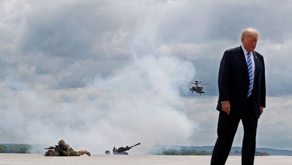 Председник САД Доналд Трамп на показним вежбама америчке војске у Форт Драму - Sputnik Србија