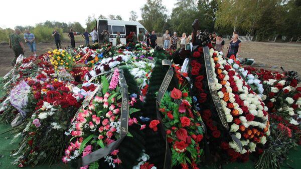 Цвеће и венци на гробу бившег лидера ДНР Александра Захарченка у Доњецку - Sputnik Србија
