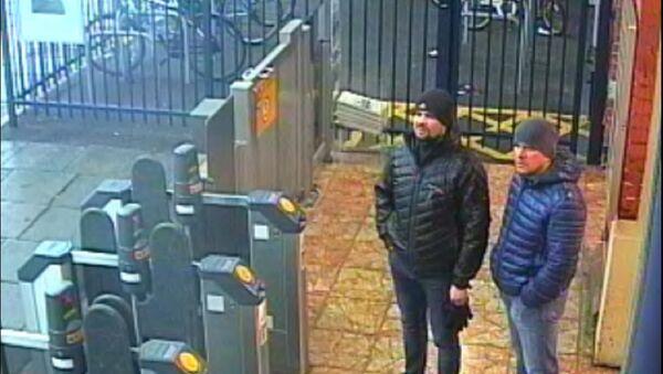 Snimak Aleksandra Petrova i Ruslana Boširova, osumnjičenih za napad hemijskom supstancom na bivšeg pukovnika GRU Sergeja Skripalja i njegovu ćerku Juliju, na stanici u Solsberiju - Sputnik Srbija