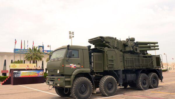 Raketni PVO sistem sa raketama zemlja-vazduh kombinovanog kratkog i srednjeg dometa Pancir S u vojnoj bazi Hmejmim u Siriji - Sputnik Srbija