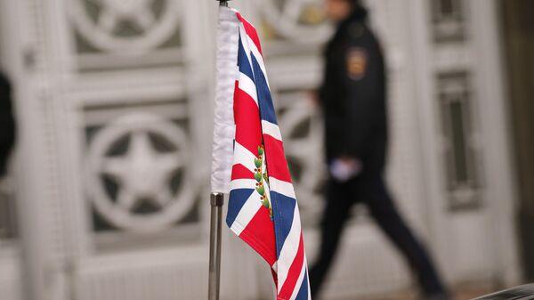 Zastava Velike Britanije ispred ambasade Rusije u Londonu - Sputnik Srbija