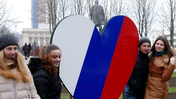 Stanovnici Donjecka na proslavi godišnjice ponovnog ujedinjenja Krima sa Rusijom - Sputnik Srbija