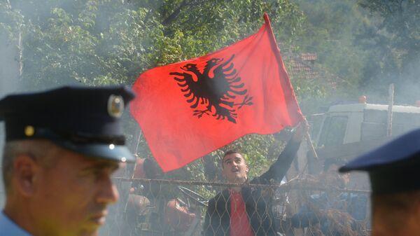 Косовски Албанац са заставом Албаније на блокади прилазу селу Бање на Косову и Метохији - Sputnik Србија