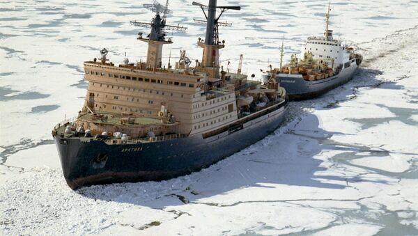 Atomski ledolomac Arktika utire put brodu kroz Severni ledeni okean preko Severnog morskog puta - Sputnik Srbija