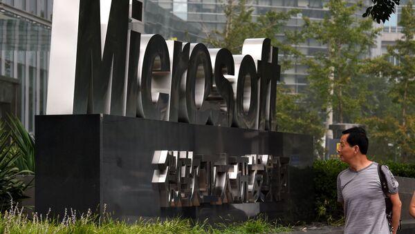 Лого компаније Мајкрософт на улазу у зграду у Пекингу - Sputnik Србија