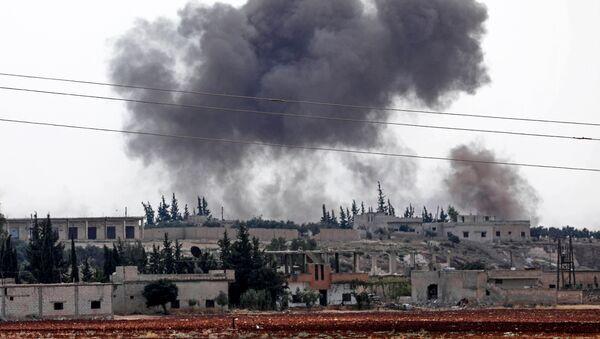 Дим се вије након што су сиријске снаге бомбардовале Ел Хабит у јужном делу провинције Идлиб који контролишу терористи - Sputnik Србија