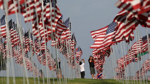 Zastave podignute u čast žrtvama terorističkog napada 11. septembra u SAD - Sputnik Srbija