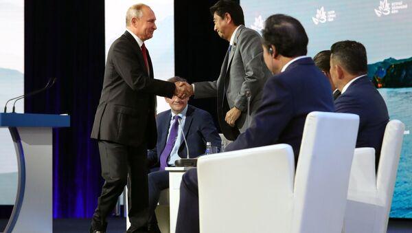 Šinzo Abe i Vladimir Putin - Sputnik Srbija
