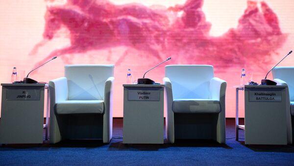 Stolica za predsednika Rusije Vladimira Putina pre početka plenarne sednice u okviru IV Istočnog ekonomskog foruma u Vladivostoku - Sputnik Srbija