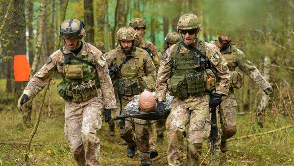 НАТО војници у вежби спасавања рањеника - Sputnik Србија
