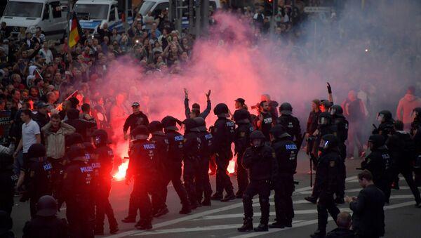 Протест десничара у Кемницу након што су мигранти изболи ножем Немца. 27. август 2018. - Sputnik Србија