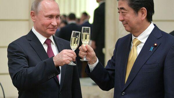 Prezident Rossii Vladimir Putin i premьer-ministr Яponii Sindzo Abэ v Bolьšom teatre - Sputnik Srbija