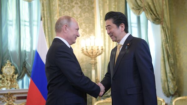 Prezident RF Vladimir Putin i premьer-ministr Яponii Sindzo Abэ vo vremя vstreči v Moskve. Arhivnoe foto - Sputnik Srbija