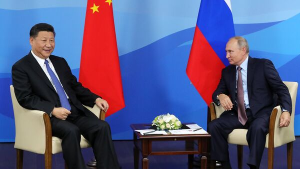 Председници Кине и Русије, Си Ђинпинг и Владимир Путин, на Источном економском форуму у Владивостоку - Sputnik Србија