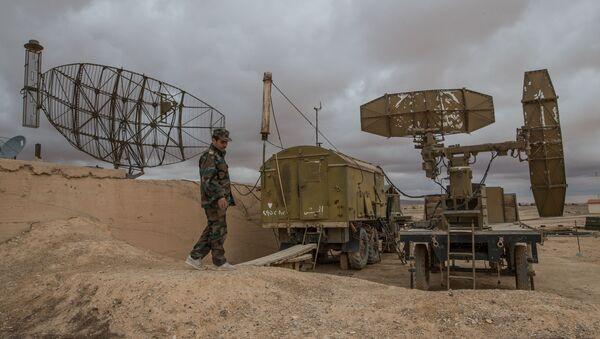 Pripadnici sirijske vojske pored radara u bazi sirijske avijacije u provinciji Homs - Sputnik Srbija