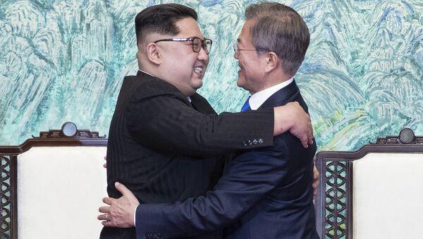 Kim Džong UN i Mun Džae In u Pjongjangu - Sputnik Srbija