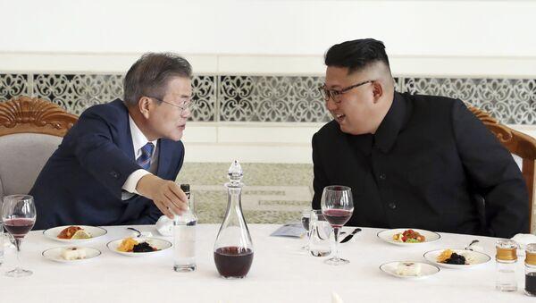 Predsednik Severne i Južne Koreje Kim Džong Un i Mun Džae In u Pjongjangu - Sputnik Srbija
