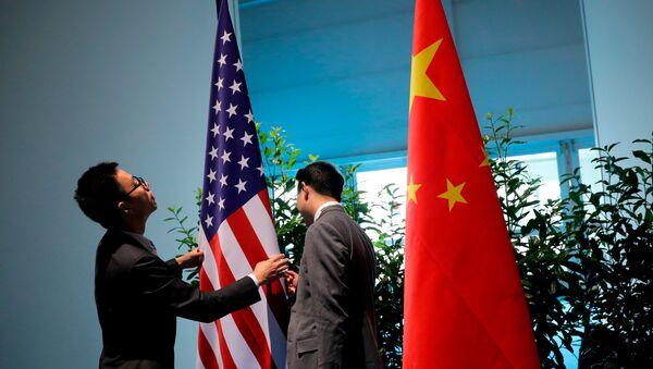 Kineski zvaničnici pripremaju zastave Kine i SAD za bilateralni sastanak na marginama samita G20 u Hamburgu - Sputnik Srbija