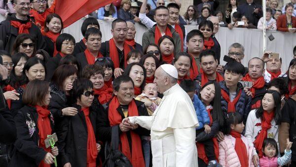 Папа Фрања с групом верника из Кине - Sputnik Србија