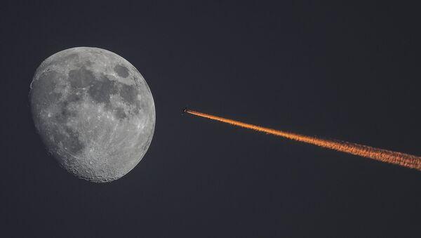 Месец и авион - Sputnik Србија
