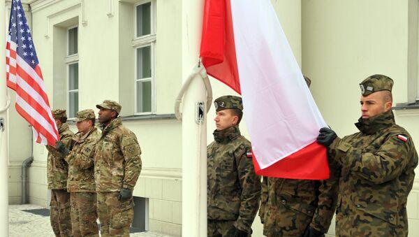 Vojnici 64. brigade bataljona za podršku, 3. oružane brigade, 4. pešadijske divizije Oružanih snaga SAD i poljski vojnici sa zastavama svojih država u Poljskoj. - Sputnik Srbija