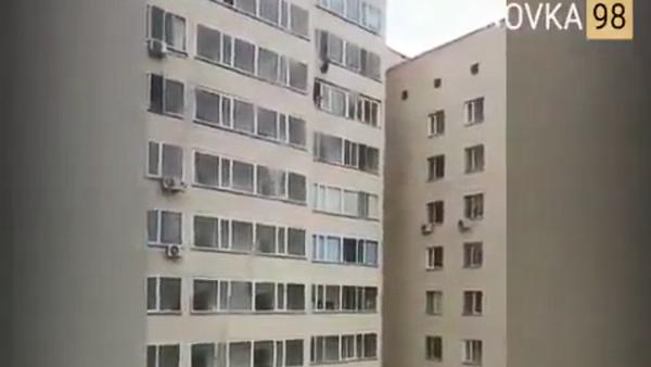 Artjom Jarev (28) iz Astane dohvata sedmogodišnjeg dečaka koji pada sa devetog sprata zgrade u kazahstanskoj prestonici - Sputnik Srbija