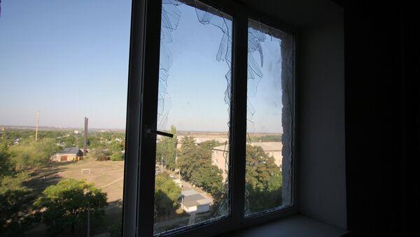 Izbijena stakla na stambenoj zgradi nakon granatiranja Donjecka - Sputnik Srbija