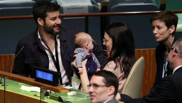 Premijerka Novog Zelanda Džasinda Ardern sa bebom posle govora na Generalnoj skupštini UN 24. septembra 2018. - Sputnik Srbija