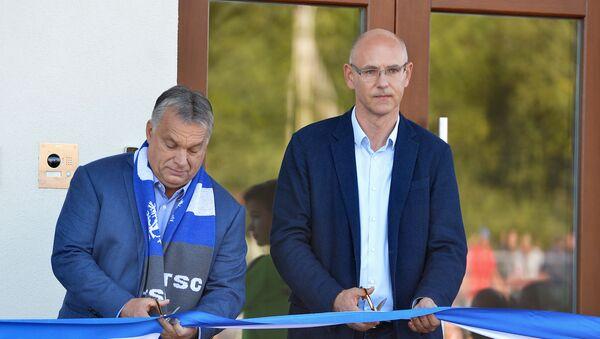 Mađarski premijer Viktor Orban i predsednik TSC Janoš Zemberi presecaju vrpcu na otvaranju fudbalske akademije u Bačkoj Topoli - Sputnik Srbija