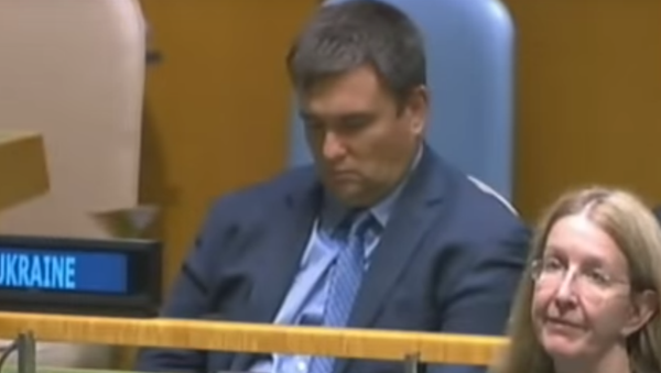 Шеф украјинске дипломатије Павел Климкин спава за време говора председника Петра Порошенка - Sputnik Србија