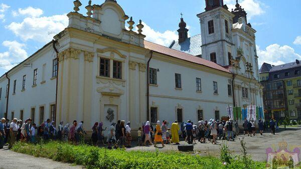 Верници испред Светотројицког манастира у Украјини - Sputnik Србија