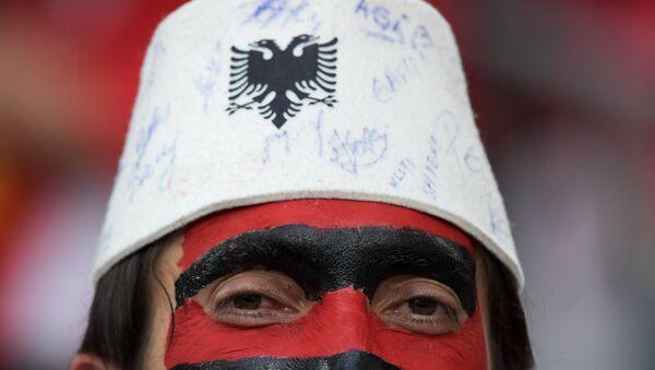 Albanac sa kečetom i grbom Albanije - Sputnik Srbija
